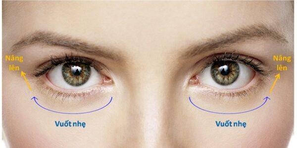 cách thoa kem dưỡng thâm quầng mắt