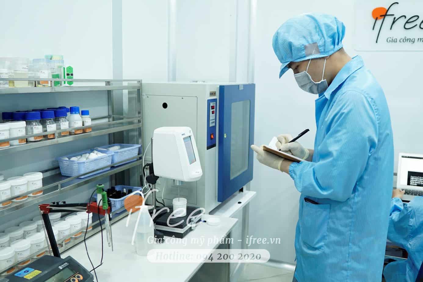 Đội ngũ nghiên cứu & phát triển đang điều chế mỹ phẩm mới