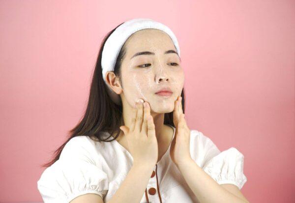 massage da mặt với mặt nạ tẩy tế bào chết