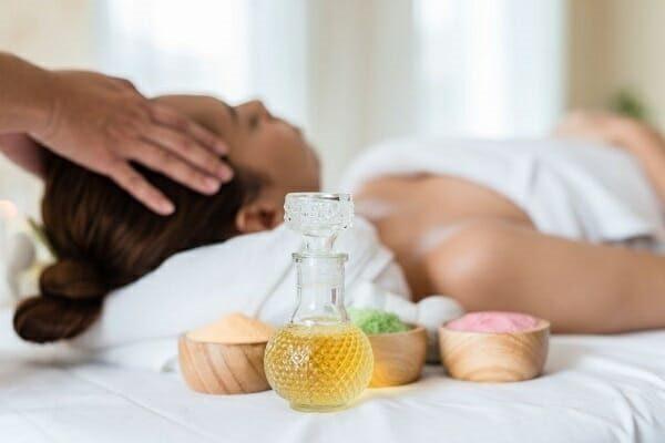 massage với tinh dầu jojoba
