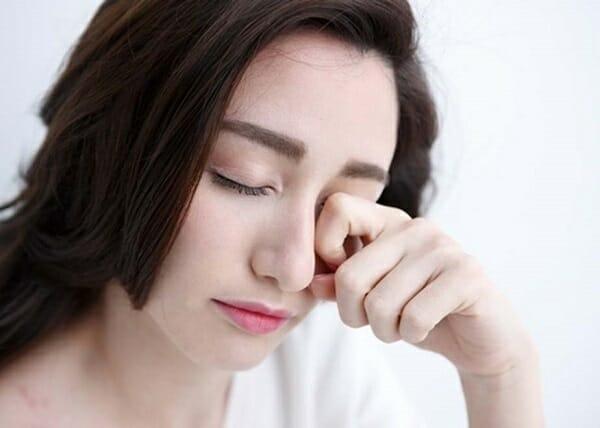 cách xử lý khi bị tinh dầu rơi vào mắt