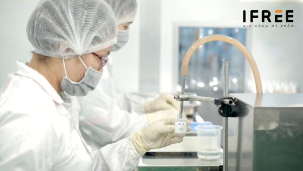 quá trình chiết rót tại nhà máy gia công mỹ phẩm ifree