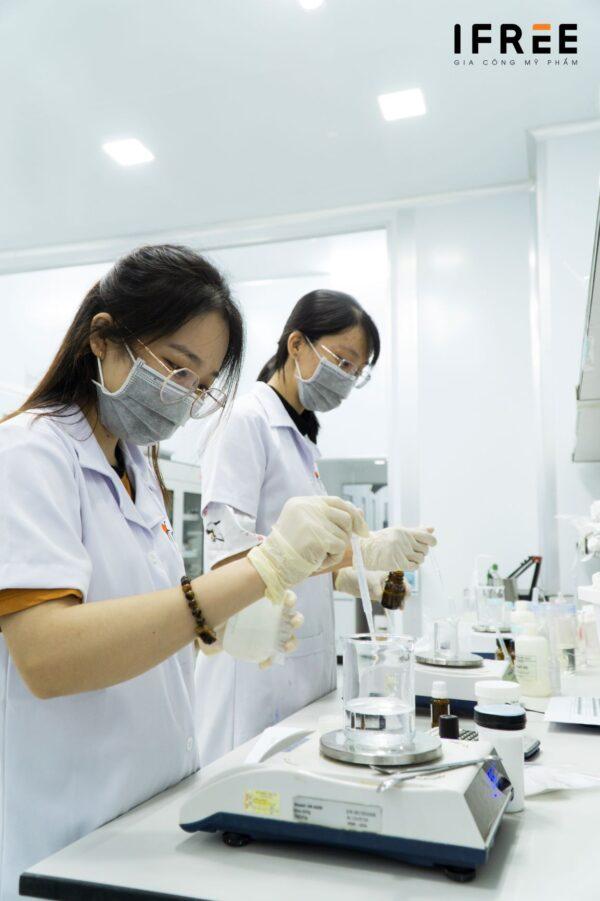 đội ngũ nghiên cứu R&D tại nhà máy ifree