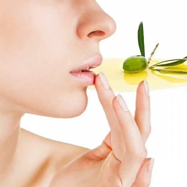 dưỡng môi bằng dầu oliu
